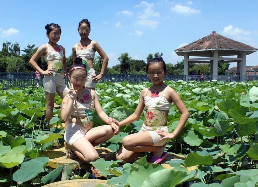 女孩人体_高清组图:广东佛山女童人体彩绘画荷花警世人