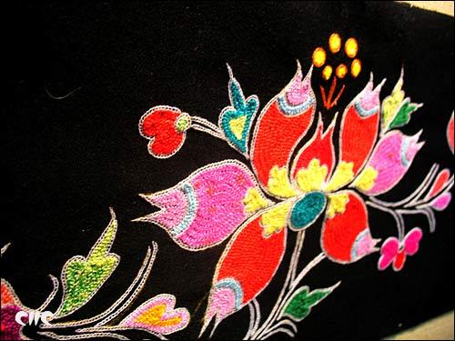 独家 彝族刺绣走向世界图片