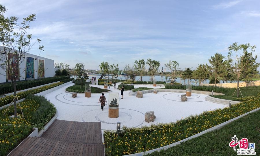 园博会园址位於秦皇岛经济技术开发区栖云山乐鹿,南望北戴河海滨,北