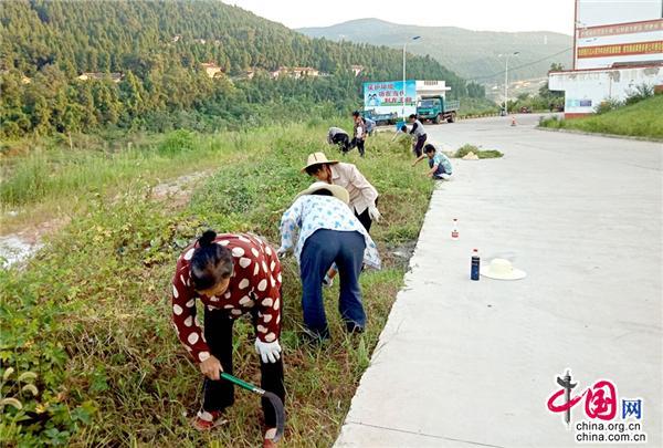 中國網9月26日訊 現在農村建設的煥然一新,房屋修得結實牢固,水泥路通到了家門口這麼好的條件要是不把環境衛生搞好,實在説不過去喲!這是現如今,四川省廣元市昭化全區廣大群眾形成的共識。  今年以來,為深入學習宣傳貫徹黨的十九大精神、省委十一屆三次全會精神,全面落實鄉村振興戰略,助力中國生態康養旅遊名市、創建中國最乾淨城市建設,昭化區持續開展美麗昭化宜居鄉村農村人居環境整治行動,狠抓清臟、治亂、增綠,著力提升農村人居環境,全區掀起了農村人居環境整治、打造美麗鄉村的熱潮。  環境整治大比武