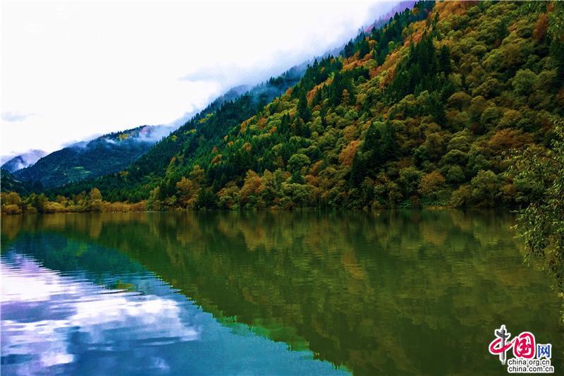 国庆去观赏彩林盛宴 达古冰山宛如童话世界_旅游中国
