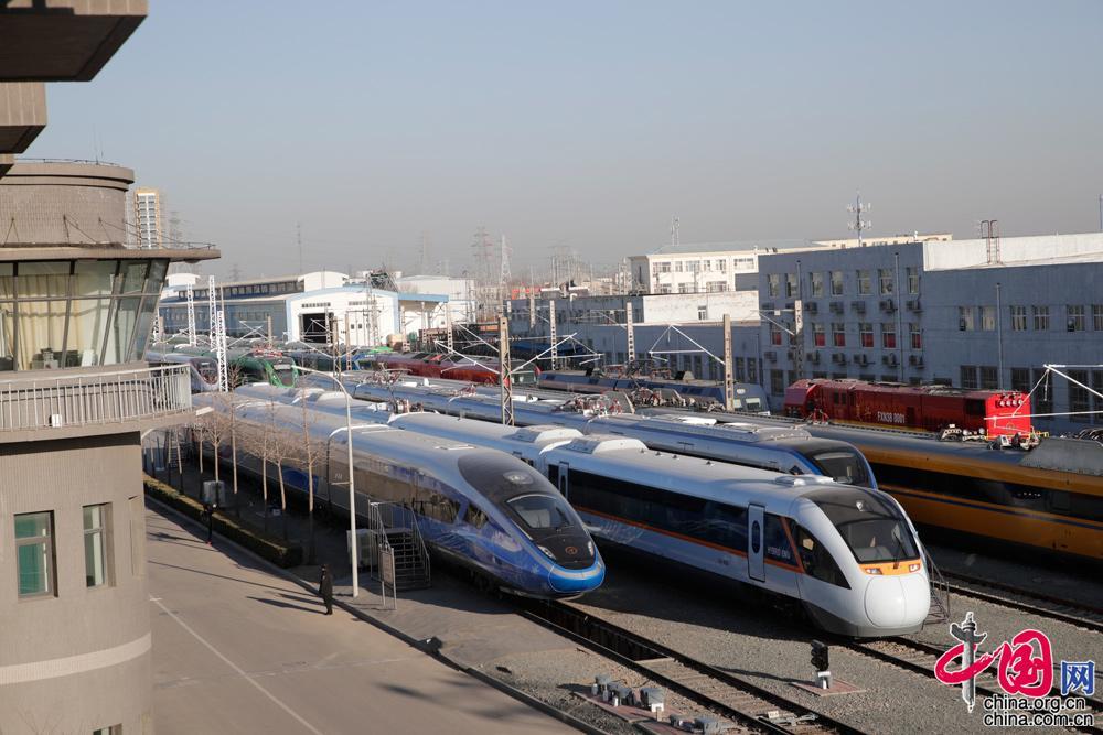 12月24日,在北京國家鐵道試驗中心多款復興號新型動車公開亮相。中國網記者 楊佳攝影 中國網訊(記者 楊佳)12月24日,在北京國家鐵道試驗中心記者見到了藍色、綠色、橙色、紅色的多款復興號新型動車。其中包括17輛編組的時速350公里復興號動車組、時速250公里的復興號、時速160公里的列車以及京張動車組涂裝模型車,均為首次亮相,其中包括內燃動力、電力、混合動力車型。  時速250公里CR300BF型復興號動力分散動車組。中國網記者 楊佳攝影  記者體驗新型時速250公里復興號動車組。在50公里環形實驗線