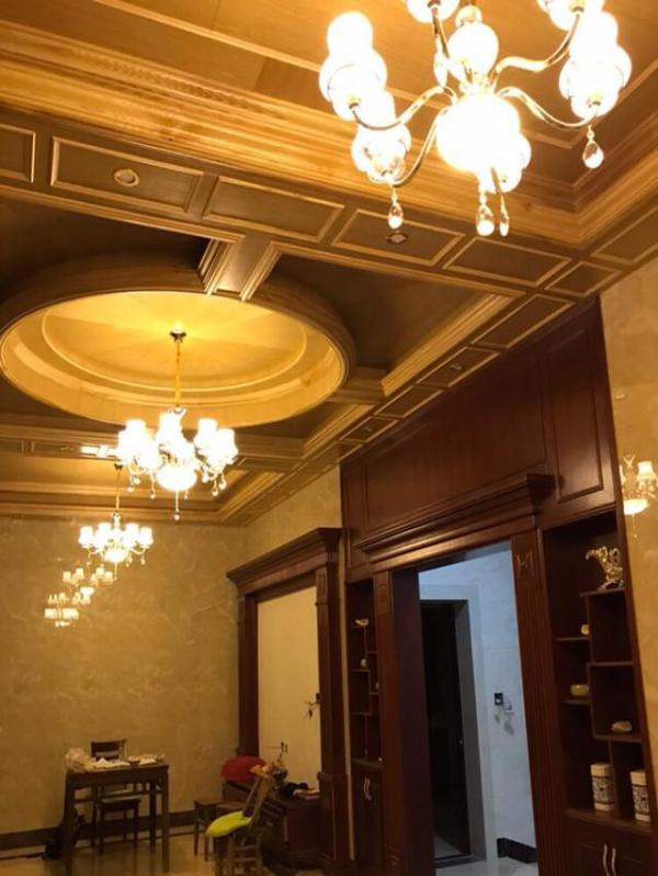 一楼大门两边开的,蛮大气呢!墙面贴了欧式花纹壁纸,很漂亮.